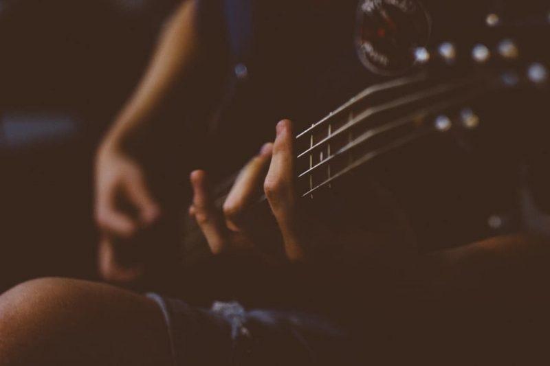 bajo - instrumento de cuerdas