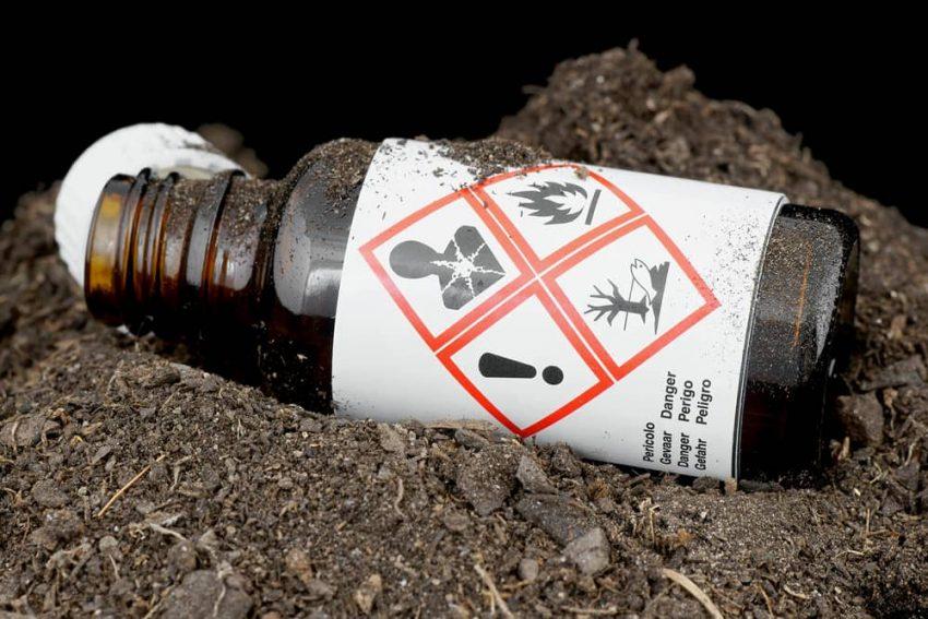 Desechos tóxicos contaminan el suelo.