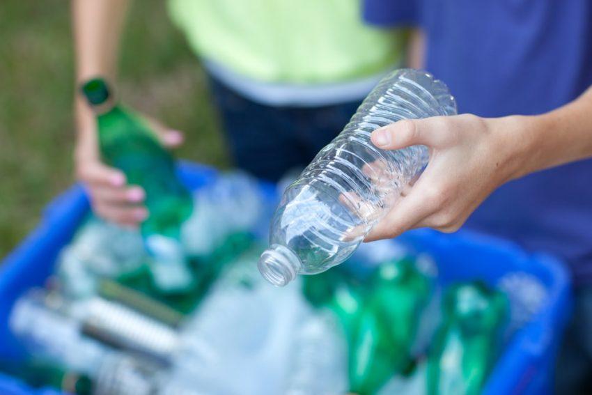 Reciclaje de botellas de plástico.