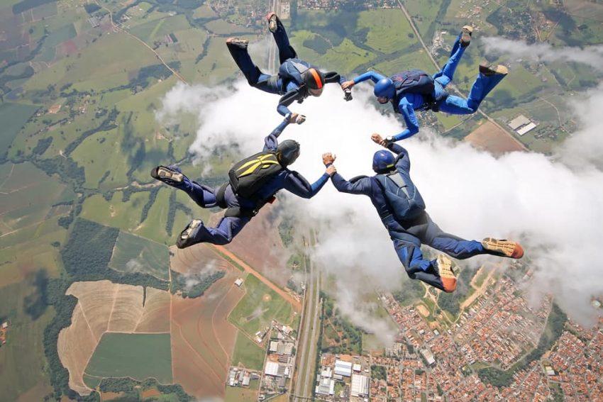 Colaboración de equipo. Paracaidismo.