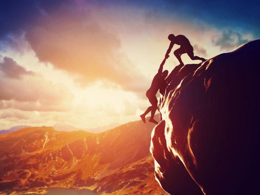 Colaboración. trabajo en equipo al escalar