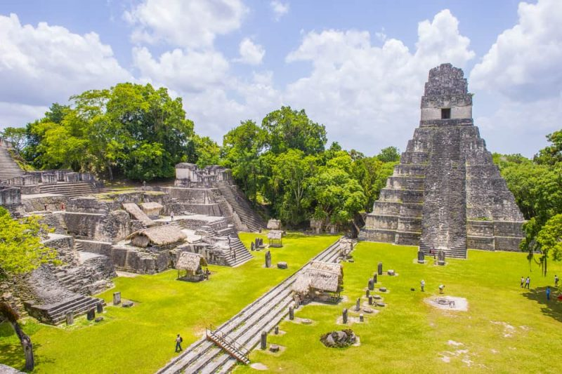 ruinas mayas en peten selva - guatemala