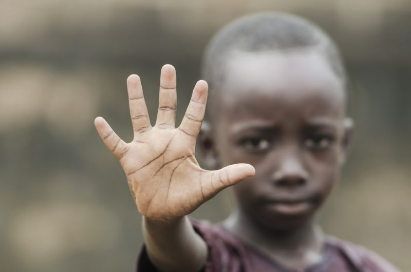 Niño dice no al racismo y guerra